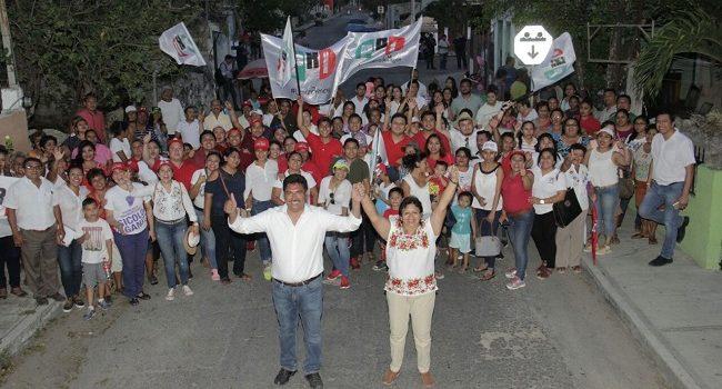 Juan José Canul en contacto directo con habitantes de Umán
