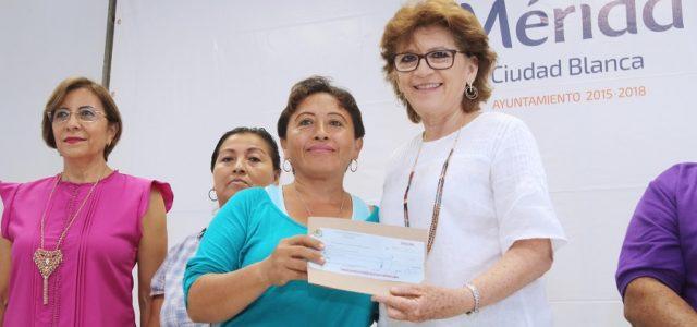 María Fritz entrega cheques a emprendedores de colonias y comisarias
