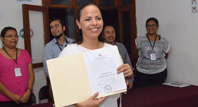 Lila Frías recibe constancia de diputada electa