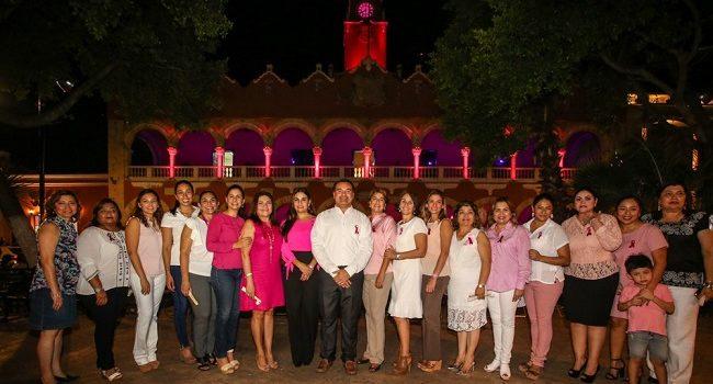 El palacio municipal se ilumina de rosa por una Mérida saludable