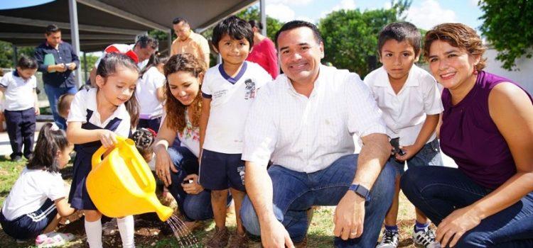 Renán Barrera visita huerto comunitario en Villa Magna del Sur