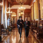 Presidente de España regala acta de nacimiento de su abuelo a López Obrador