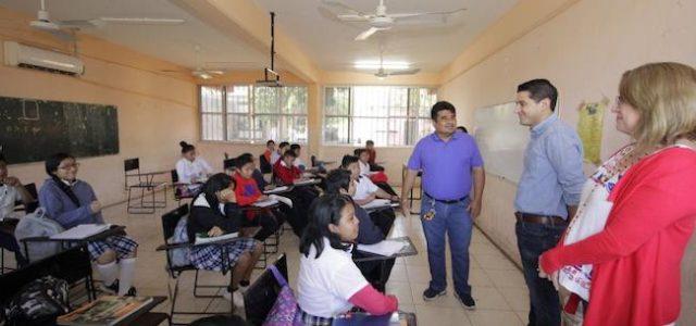 """Alcalde de Tekax participa en acciones de mejoramiento de la escuela secundaria """"San Diego"""""""