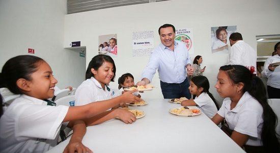 Renán Barrera entrega nuevo comedor escolar en la colonia San José Tecoh