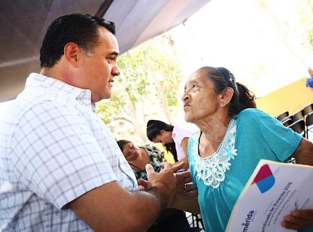 Renán Barrera entrega viviendas a familias vulnerables de Mérida