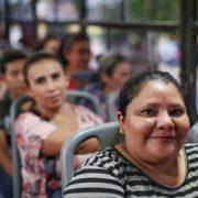 Mujeres valoran la seguridad que les ofrece el Ayuntamiento para su traslado y permanencia en Plaza Carnaval