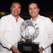 Renán Barrera asiste a la ceremonia de pase de estafeta de la edición 45 del Tianguis Turístico