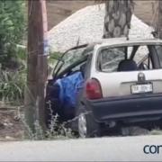 Fallece mujer al estrellar su carro