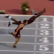 ¡Al estilo Superman! velocista 'vuela' para ganar el oro en vallas