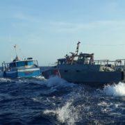 Rescatan a pescadores, cuya embarcación fue colisionada por un buque mercante