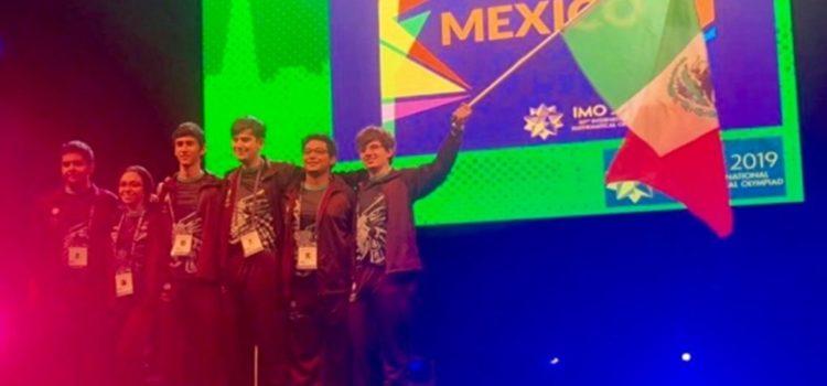 Jóvenes que apoyó Guillermo del Toro ganan medallas en Olimpiada de Matemáticas