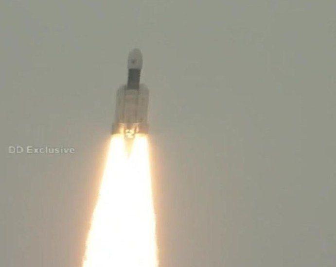 India lanza con éxito misión al polo sur de la Luna