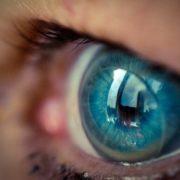 Crean lentes de contacto que hacen 'zoom' al parpadear dos veces