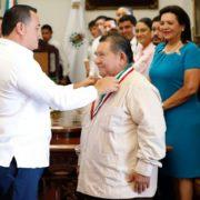 """Renán Barrera entrega la medalla Héctor Herrera """"Cholo"""" a Mario Herrera Flores """"Mario III"""""""