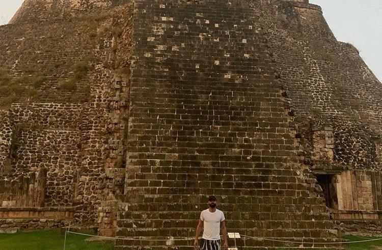 Ricky Martin disfruta de un paseo en la zona arqueológica de Uxmal para cargarse de energía