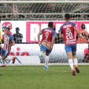 Multan al jugador de las Chivas Alexis Vega por enseñar trasero