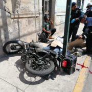 Motociclista pierde el control y choca contra un semáforo