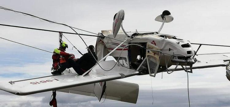 Una avioneta se estrella y queda atrapada boca abajo en los cables de un telesilla