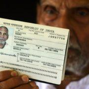 Un monje hindú causa revuelo en un aeropuerto al sacar su pasaporte; tiene 123 años
