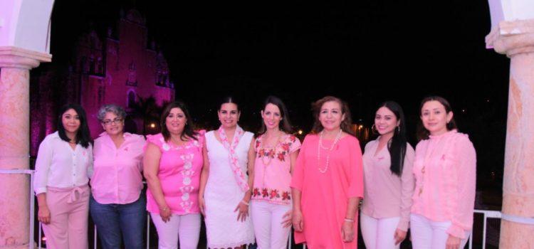 Se iluminan edificios de rosa en favor de la lucha contra el cáncer de mama en Tekax