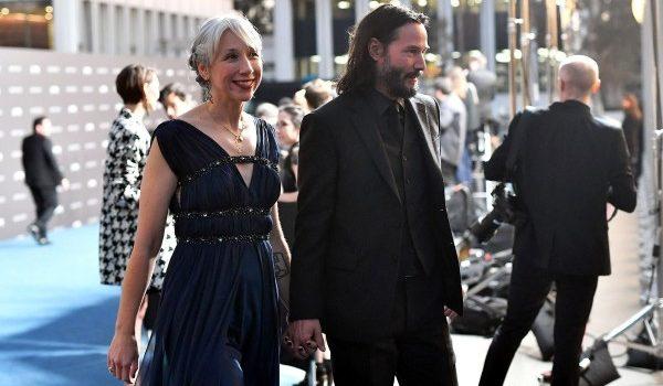 Keanu Reeves presume en público a su nueva novia, tras décadas de soltería
