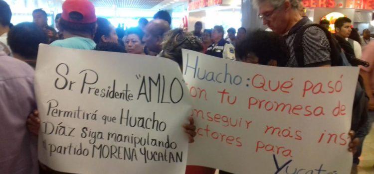 """El presidente López Obrador llega a Mérida y lo reciben con protestas contra su """"súperdelegado"""""""