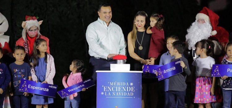 Con un mensaje de armonía y convivencia familiar, el alcalde Renán Barrera enciende la navidad en Mérida