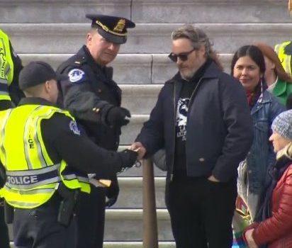 Joaquin Phoenix y Martin Sheen son arrestados durante manifestación contra el cambio climático