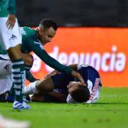 En su debut en Primera División el futbolista Eugenio Pizzuto sufre grave lesión al tropezarse con el pasto