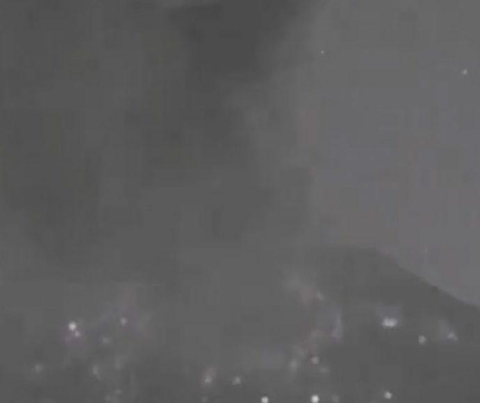 Aseguran que un OVNI pasó atrás del volcán Popocatépetl cuando hizo erupción recientemente