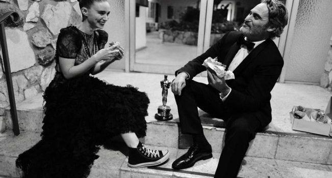 Joaquin Phoenix celebra su Oscar como mejor actor con hamburguesa vegana