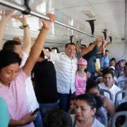Renán Barrera acompaña a usuarios del transporte gratuito a Ciudad Carnaval y les agradece su participación en la fiesta meridana