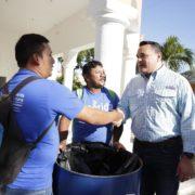 Renán Barrera reconoce el esfuerzo de los trabajadores municipales que hacen posible un Carnaval limpio y seguro