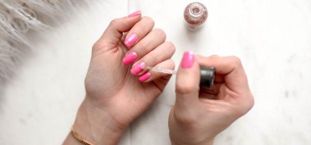 Alertan por peligros de pintarse y morderse las uñas por el coronavirus