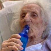 Abuelita de 103 años celebra con cerveza que se recuperó de COVID-19