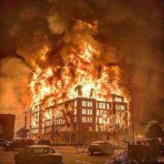 Manifestantes en Mineápolis toman la estación de policía en medio de enfrentamientos e incendios