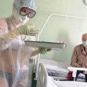 Enfermera solo usa lencería debajo de traje transparente anti Covid-19