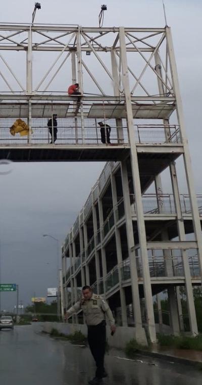 Menor de edad amenazó con tirarse de un puente