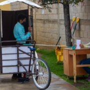 En Guatemala, maestro adapta su triciclo para dar clases