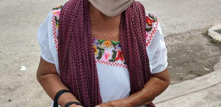 Abuelita vende chocolates en las calles de Hunucmá