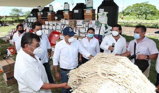 """Productores yucatecos respaldados por el Gobierno del Estado, les entregan apoyos de """"Peso a Peso"""""""