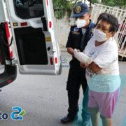 Mujer de la tercera edad cae en la calle y se rompe el brazo