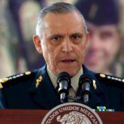 Niegan libertad bajo fianza a Salvador Cienfuegos; será trasladado a Nueva York